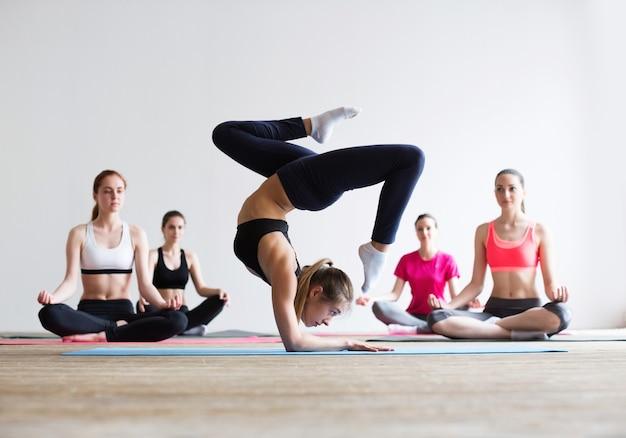 Allenamento di concetto di classe di esercizio di pratica di yoga