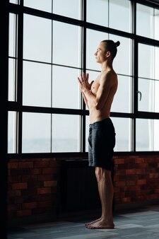 Formazione yoga. sport e fitness. stile di vita benessere e regolare allenamento in palestra. uomo che riposa e si rilassa dopo gli esercizi.