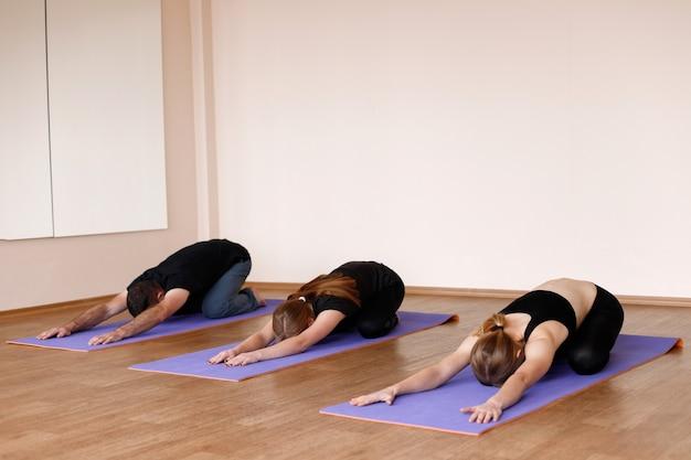 Corso di yoga con istruttore in classe di yoga