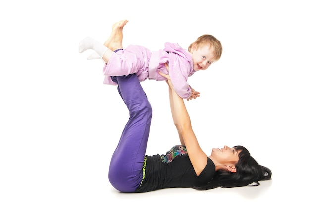 Yoga per donna e bambino. madre con il bambino che fa esercizi