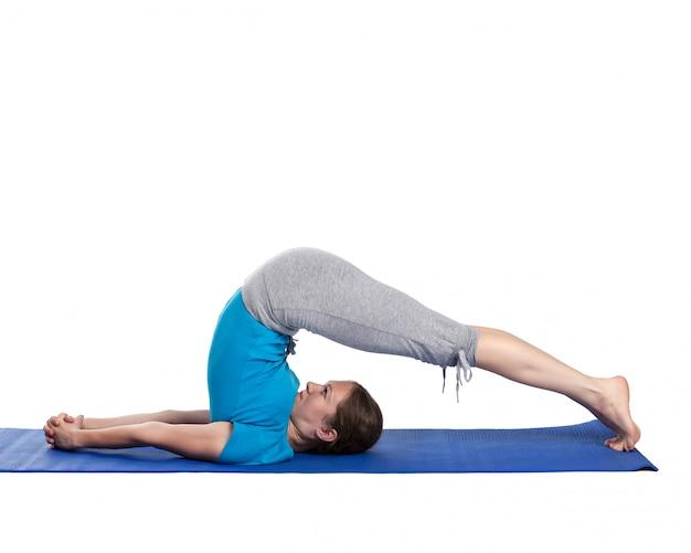 Yoga - giovane bella donna che fa esercizio di asana yoga isolato