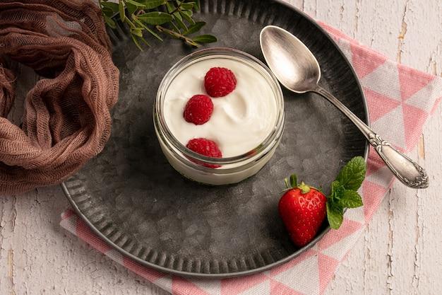 Yogurt con lamponi su una piastra di metallo