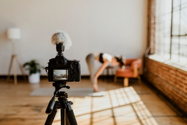 Yogini si filma in uno studio