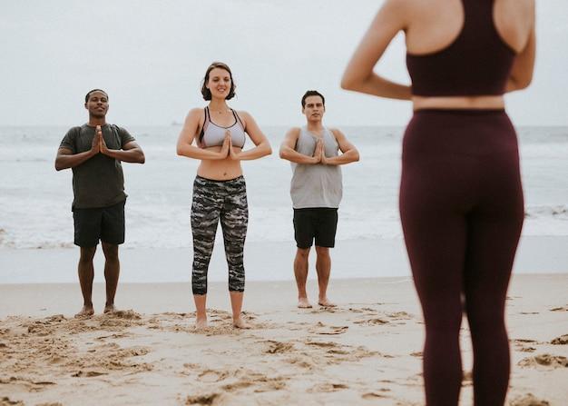 Yogi che si godono una sessione di yoga sulla spiaggia