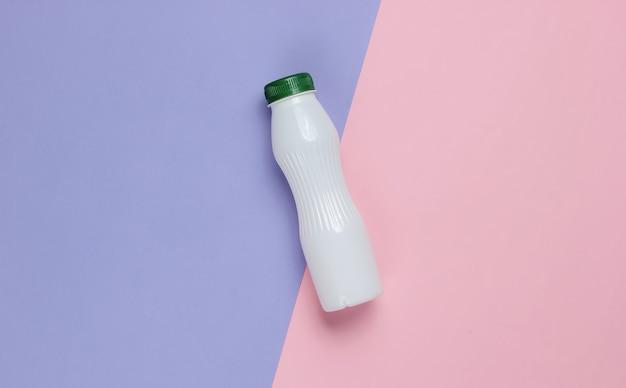Bottiglia di yogurt su carta pastello