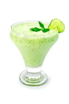 Yogurt in un bicchiere con cetriolo e prezzemolo isolato su sfondo bianco