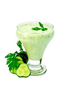 Yogurt in un bicchiere con cetriolo, prezzemolo isolato su sfondo bianco