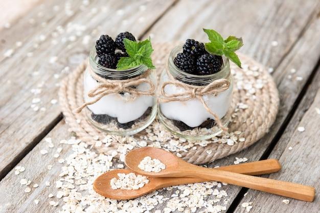 Yogurt alle more in vasetti di vetro a base di prodotti naturali.