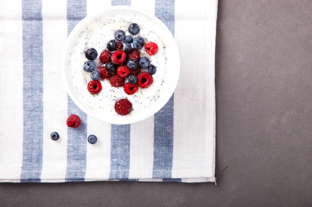 Yogurt con semi di chia e lamponi freschi, mirtilli