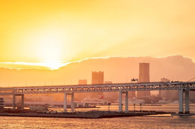 Colpo alto chiuso del ponte di yohokama sotto il ponte sul fiume, per architettura moderna e costruzione industriale del ponte sospeso al tramonto