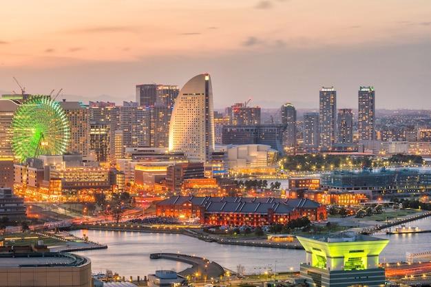 Orizzonte della città di yokohama al tramonto in giappone