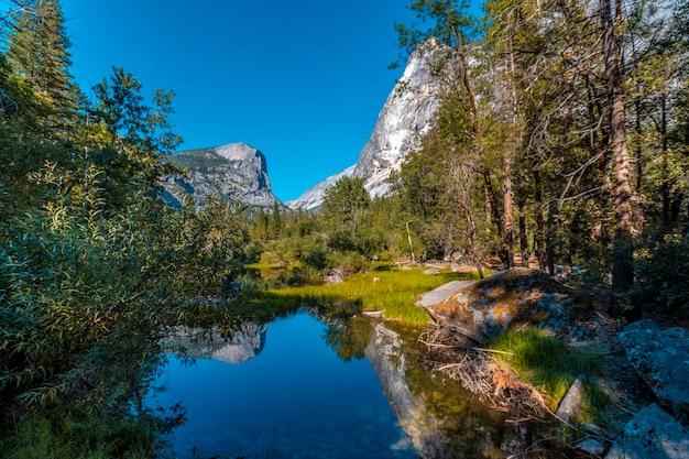 Parco nazionale di yosemite, california, stati uniti. specchio del lago e dei suoi bellissimi riflessi nell'acqua