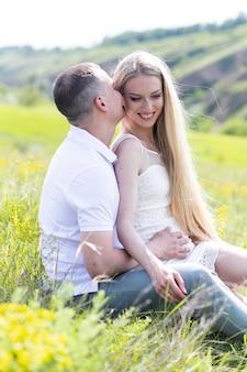 Sei il mio supporto. felice giovane coppia nel parco divertendosi e godendo insieme al giorno di primavera. avvicinamento.
