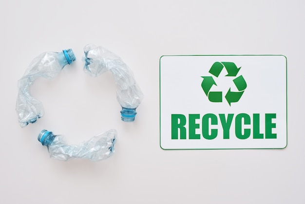 Puoi pulire il simbolo di riciclaggio isolato del mondo e accartocciare le bottiglie di plastica