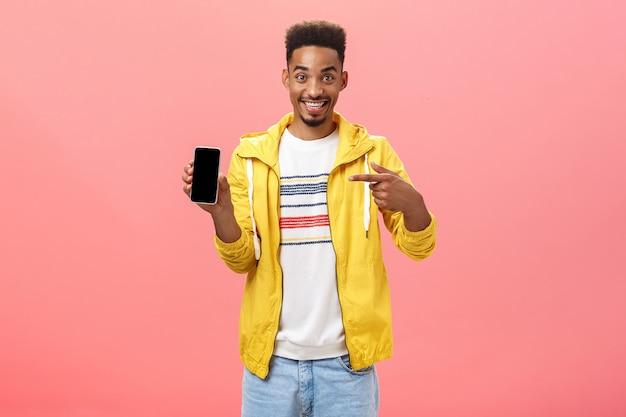 Non ti pentirai di aver acquistato questo telefono alla moda, soddisfatto ed eccitato, ragazzo afroamericano con la barba...