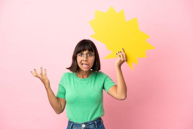 Giovane donna che tiene in mano un fumetto vuoto e con un'espressione frustrata