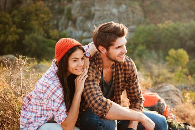 Giovani coppie attive che hanno divertimento all'aperto nella valle.