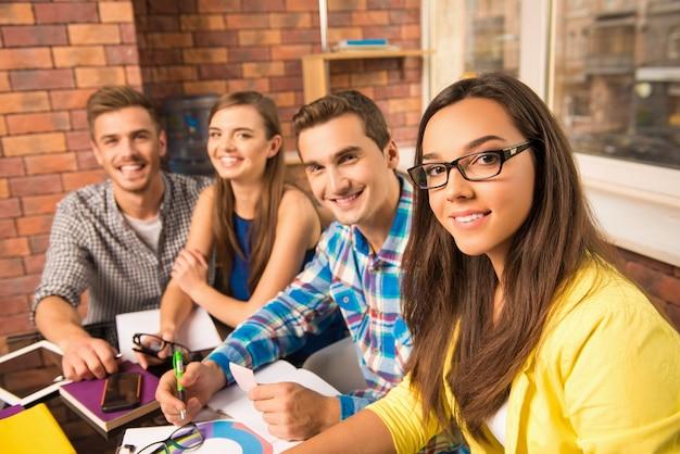 Gruppo di giovani iniziative attive che lavorano con un progetto imprenditoriale