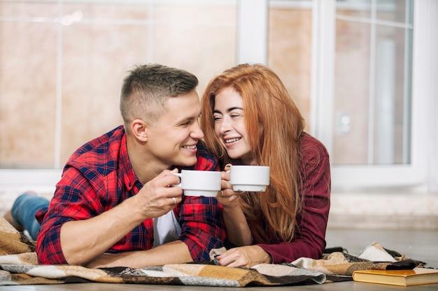 Giovani belle coppie adulte nell'amore a casa felice e bello
