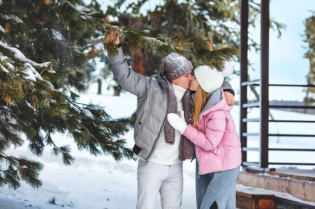 Giovane adulto bella coppia uomo e donna all'aperto in inverno insieme felici e innamorati