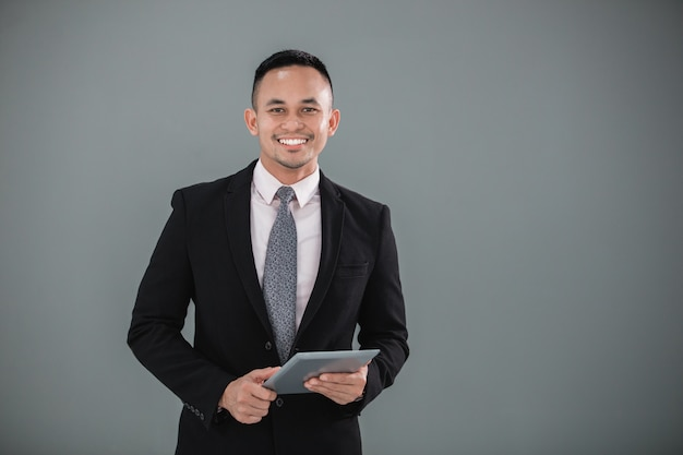 Giovane imprenditore adulto con tablet