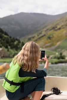 Giovane adulto che si gode la canoa in kayak nel fiume