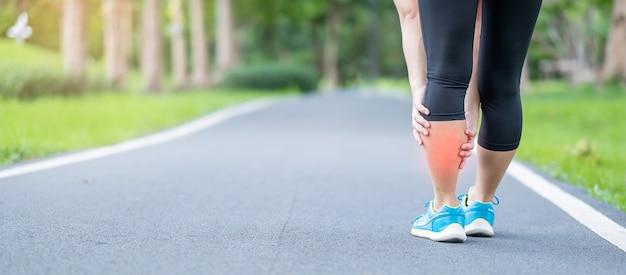 Giovane femmina adulta con dolore muscolare durante la corsa
