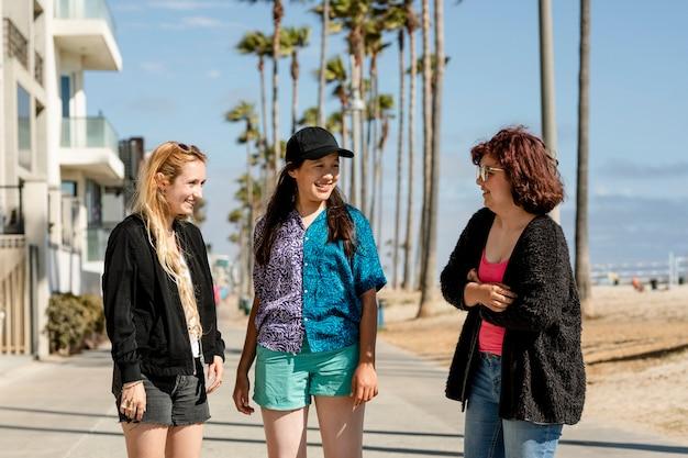 Giovani amici adulti, estate a venice beach, los angeles