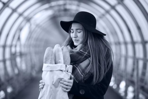 Giovane ragazza adulta nel tunnel architettonico del ponte