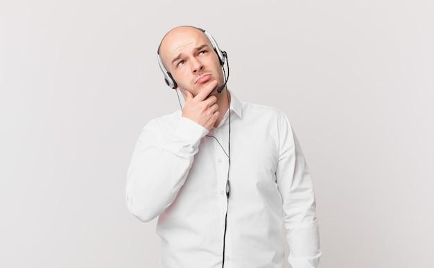 Uomo di telemarketing giovane adulto