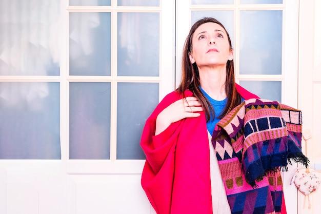 Giovane donna adulta che controlla e ordina sciarpe primaverili estive. concetto di moda donna. ordine dei vestiti per cambio di stagione