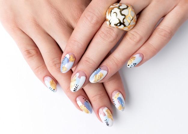 Mani della giovane donna adulta con unghie alla moda