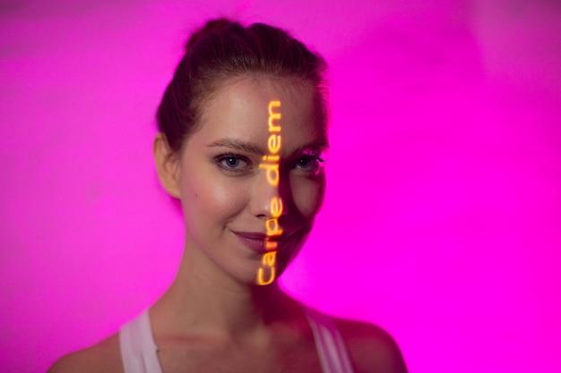 Giovane donna adulta con le parole carpe diem tradotte dalla lingua latina come cogli l'attimo sul suo viso