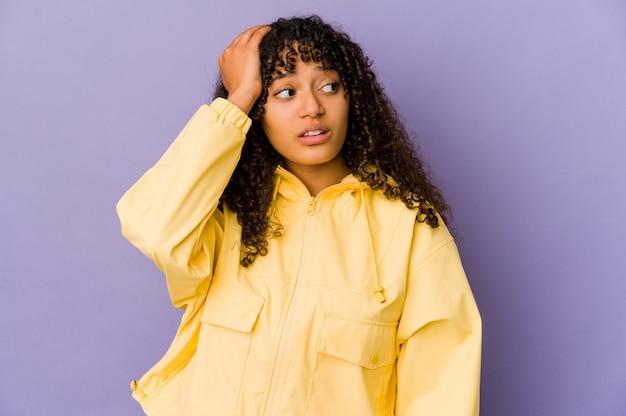 Giovane donna afroamericana afro isolata essendo scioccata, ha ricordato un incontro importante.