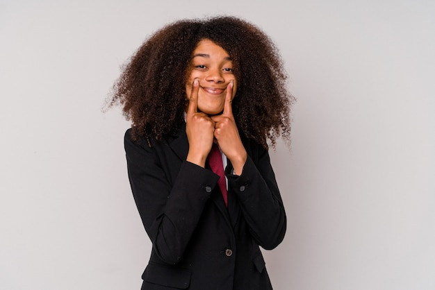 Giovane donna d'affari afroamericana che indossa un abito isolato su sfondo bianco dubitando tra due opzioni.