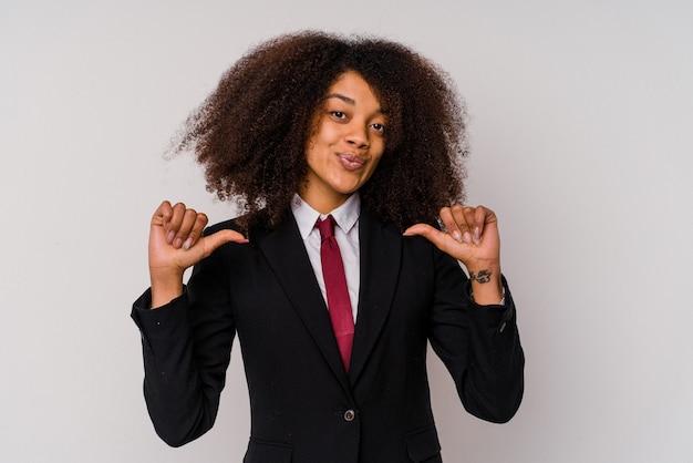 La giovane donna d'affari afroamericana che indossa un abito isolato su bianco si sente orgogliosa e sicura di sé, esempio da seguire.