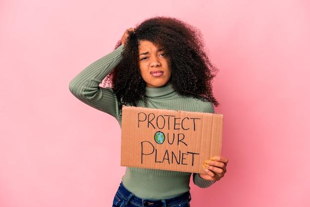 La giovane donna riccia afroamericana è scioccata, ha ricordato un incontro importante.