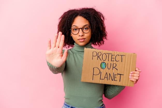Giovane donna afroamericana riccia che tiene un cartone con un messaggio