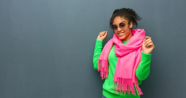 Giovane ragazza dell'afroamericano con gli occhi azzurri che ballano e che si divertono Foto Premium
