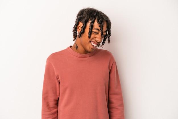 Giovane uomo afroamericano isolato su priorità bassa bianca ballare e divertirsi.