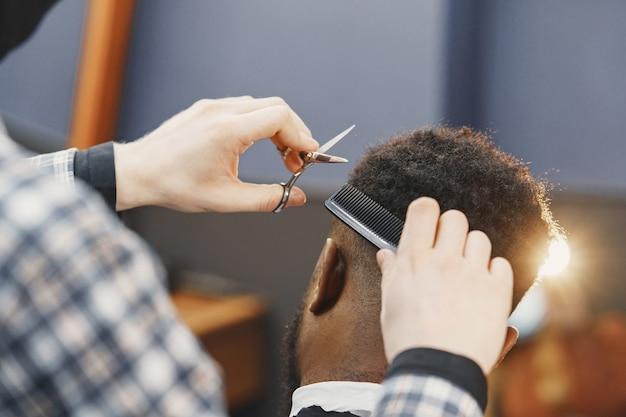 Giovane uomo afro-americano in visita dal barbiere