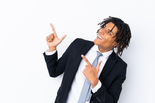 Giovane uomo afroamericano sopra la parete