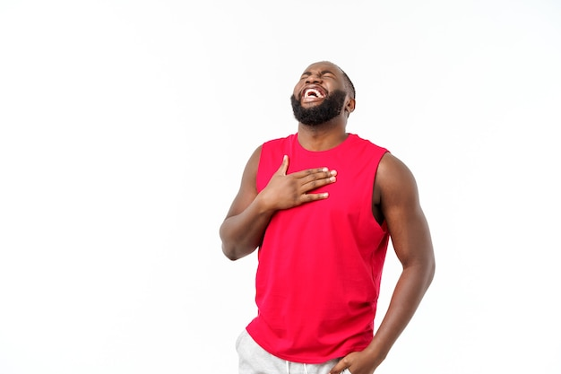 Giovane uomo afroamericano con abbigliamento sportivo con un sorriso felice e fresco sul viso. persona fortunata.