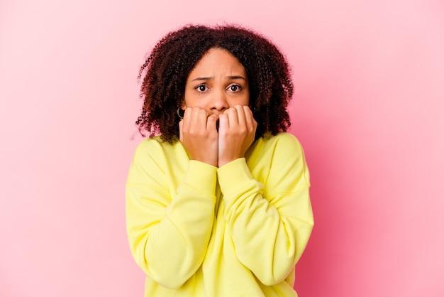 La giovane donna afroamericana di razza mista ha isolato le unghie mordaci, nervose e molto ansiose.