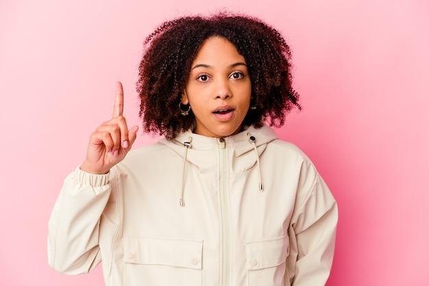 Giovane donna afroamericana di razza mista isolata con un'idea, concetto di ispirazione.