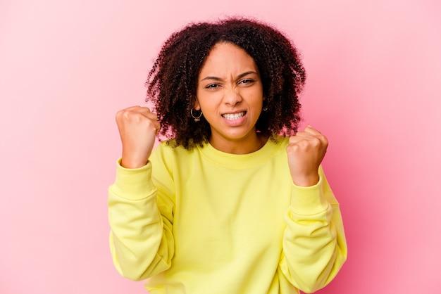 Giovane donna afroamericana di razza mista isolata sconvolta urlando con le mani tese.