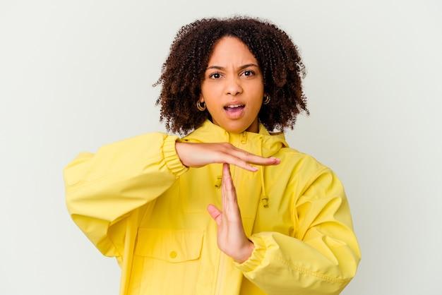 Giovane donna afroamericana di razza mista che mostra un gesto di timeout.