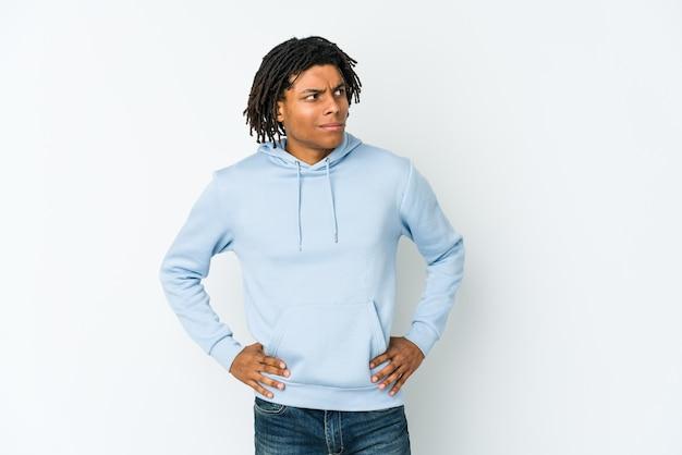 Il giovane rastaman afroamericano confuso, si sente dubbioso e insicuro.