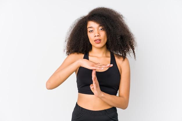 Giovane donna sportiva afroamericana che mostra un gesto di timeout.