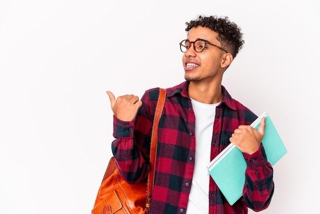L'uomo riccio giovane studente afroamericano ha isolato i punti dei libri della tenuta con il dito del pollice via, ridendo e spensierato